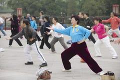 Люди практикуют гимнастику хиа tai chuan в Пекине, Китае Стоковая Фотография RF