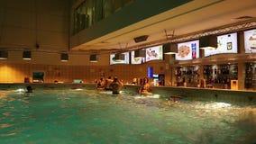 Люди приближают к бару внутри аквапарк видеоматериал