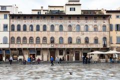 Люди приближают к дворцу на di Santa Croce аркады стоковое фото