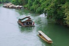 Люди принимать круиз реки в Suphan Buri, Таиланде Стоковое Изображение RF