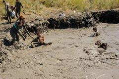 Люди принимают процедуры с излечивать грязью Россия Стоковое Изображение