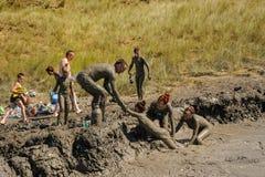 Люди принимают процедуры с излечивать грязью Россия Стоковые Изображения