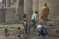 Люди принимая их ритуальную ванну утра в Ганге Стоковое фото RF