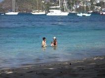 Люди принимая погружение на пляж в тропиках видеоматериал