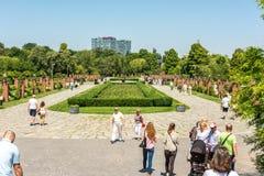 Люди принимая прогулку в парке Herastrau Стоковые Фото