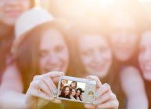 Люди принимая фото группы Стоковые Изображения