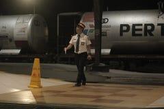 Люди приносят лампу знака для поезда Стоковая Фотография RF
