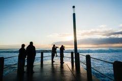 Люди пристани океанских волн восхода солнца Стоковая Фотография