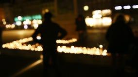 Люди присутствуют на дежурстве и свечах света в центре французского города видеоматериал
