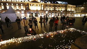 Люди присутствуют на дежурстве и свечах света сток-видео