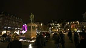 Люди присутствуют на дежурстве и свечах света видеоматериал