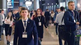 Люди присутствуют на форуме синергии глобальном на экспо Hall крокуса видеоматериал