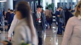 Люди присутствуют на форуме синергии глобальном на экспо Hall крокуса сток-видео