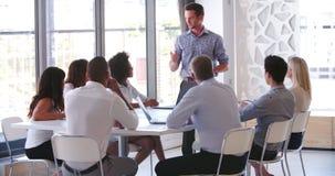 Люди присутствуя на деловой встрече в современном открытом офисе плана сток-видео