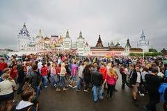 Люди пришли к фестивалю цветов Holi индейца Стоковая Фотография