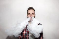 Люди при борода vaping внутри помещения стеной Стоковое Изображение