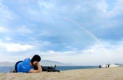 Люди при его велосипед лежа на пляже Стоковые Изображения RF