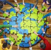 Люди при мозаика формируя глобус в фото Стоковые Изображения RF