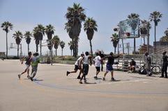 Люди при смешанная этничность играя баскетбол Стоковые Изображения