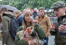 Люди пробуют вино во время фестиваля еды и вина Kyiv, Украины стоковое фото rf