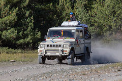 Люди пробуют достигнуть их назначение, управляя через дорогу горы на пути Annapurna trekking Гималаи Непал Стоковые Изображения RF
