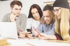 Люди проверяя мобильные телефоны Стоковые Фото