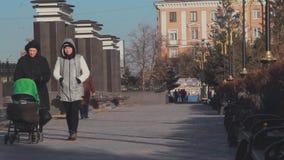 Люди прогулки парка осени акции видеоматериалы