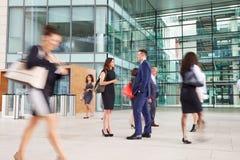 Люди пропуская через занятое фойе организации бизнеса Стоковое Фото