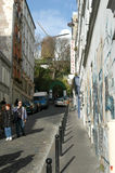 Люди просыпая на районе Monmartre в Париже Стоковые Фотографии RF