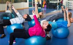 Люди протягивая на шариках фитнеса Стоковое Фото
