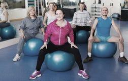 Люди протягивая на шариках фитнеса Стоковая Фотография RF