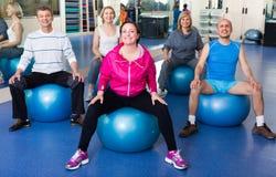 Люди протягивая на шариках фитнеса Стоковое Изображение