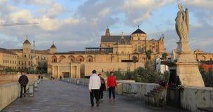 Люди проходя скульптурой на римском мосте Cordoba видеоматериал
