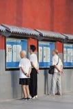 Люди прочитали газету снаружи, Пекин, Китай Стоковое Изображение