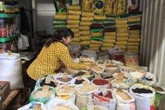 Люди продавая и покупая в традиционном рынке в центре Kunming стоковые изображения