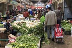 Люди продавая и покупая в традиционном рынке в центре Kunming стоковые изображения rf