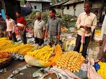 Люди продавая ноготк цветут на рынке цветка Howrah Стоковое Фото