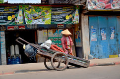 Люди продают еду Стоковые Фотографии RF