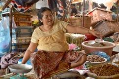 Люди продают еду Стоковые Изображения RF