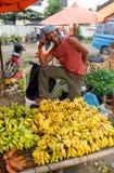 Люди продают местный плодоовощ на рынке, Индонезию. Стоковая Фотография