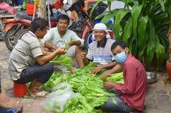 Люди продают овощи Стоковые Фотографии RF