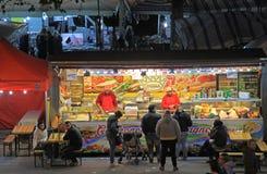 Люди продающ и покупающ на ярмарке xmas Стоковая Фотография RF