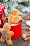 Люди пряника с кружкой горячего шоколада Стоковое Изображение