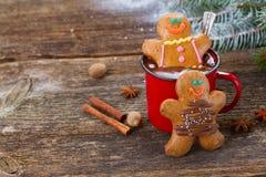 Люди пряника с кружкой горячего шоколада Стоковое Изображение RF