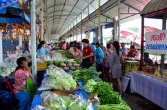 Люди путешествуют и идя рынок Sai Noi плавая Стоковые Фото