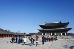 Люди путешествуют к дворцу Gyeongbokgung принятому в Южную Корею Сеула стоковое фото rf