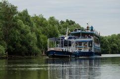 Люди путешествуя на Дунае с шлюпкой Стоковая Фотография