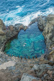 Люди плавая в естественном бассейне Charco De Ла Laja, на севере Тенерифе Стоковые Изображения RF