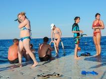 Люди плавая в море Стоковое Изображение