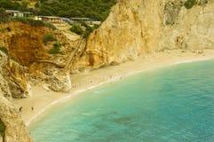 Люди плавая на среднеземноморском пляже Стоковые Фото